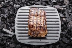 Gekookt lapje vlees op houtskool stock foto