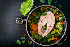 Gekookt op het lapje vlees van de stoomzalm met groenten Royalty-vrije Stock Afbeelding