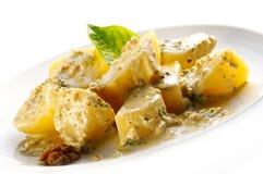 Gekookt potatoe met nootsaus stock foto
