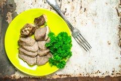 Gekookt rundvlees met peterselie stock foto's