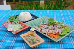 Gekookt varkensvlees met kalk, knoflook en Spaanse pepersaus (varkensvlees met kalk) Stock Foto's