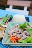 Gekookt varkensvlees met kalk, knoflook en Spaanse pepersaus (varkensvlees met kalk) Royalty-vrije Stock Foto's
