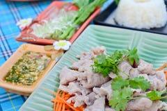 Gekookt varkensvlees met kalk, knoflook en Spaanse pepersaus (varkensvlees met kalk) Stock Foto