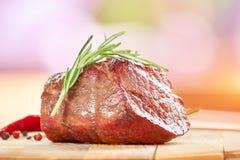 Gekookt vlees met rozemarijn stock foto's