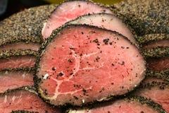 Gekookt zeldzaam peppered Oog van Rond die braadstukrundvlees in een stapel wordt gesneden jpg stock fotografie