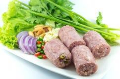 Gekookt zuur worstvarkensvlees met groente Royalty-vrije Stock Afbeeldingen
