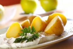 Gekookte aardappel met gestremde melk royalty-vrije stock afbeeldingen