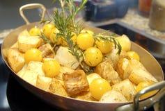 Gekookte aardappel in pan Stock Foto's