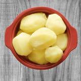 Gekookte aardappels in een pot, op houten achtergrond Stock Foto's
