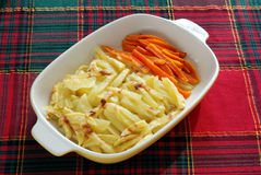 Gekookte aardappels en wortelen Stock Foto's
