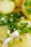 Gekookte aardappels met boter en kruiden Stock Foto's
