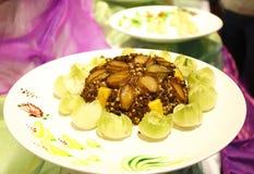 Gekookte abalones op gebraden gerechtrijst, Aziatische traditionele Chinese keuken, Chinees voedsel, traditionele Aziatische keuk Royalty-vrije Stock Afbeelding