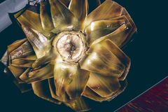 Gekookte artisjok op een donkere plaat Stock Fotografie