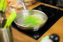 Gekookte asperge op het fornuis stock afbeeldingen