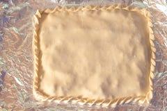 Gekookte cake vóór verzending aan de oven royalty-vrije stock fotografie