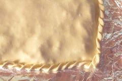 Gekookte cake vóór verzending aan de oven stock afbeeldingen