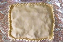 Gekookte cake vóór verzending aan de oven stock afbeelding