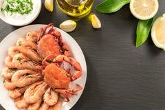 Gekookte die garnalen en krabben op steenlei worden gediend met citroen stock afbeelding