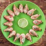 Gekookte die garnalen op witte plaat worden gediend Stock Fotografie