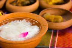 Gekookte die rijst in jasmijn-bemerkt bevroren water wordt doorweekt Stock Foto's