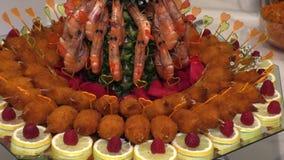 Gekookte die rivierkreeften en krabstokken met fruit op een dienblad wordt opgemaakt stock videobeelden