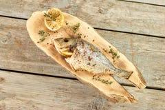 Gekookte die vissen met citroenen, onderaan mening worden gevuld stock foto