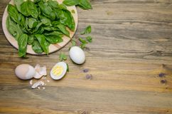 Gekookte eieren en Basilicumbladeren op houten achtergrond Royalty-vrije Stock Foto