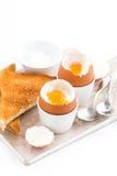 Gekookte eieren en knapperige toosts op een houten verticale raad, Stock Foto's