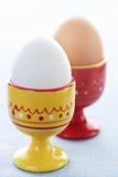 Gekookte eieren in koppen Stock Foto's