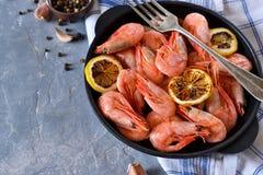 Gekookte garnalen met citroen in een pan Stock Foto's