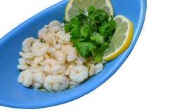 Gekookte garnalen met gesneden citroen en peterselie Stock Foto