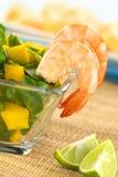 Gekookte Garnalen met Salade stock foto's