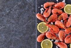 Gekookte garnalen met zout en citroen Royalty-vrije Stock Foto's