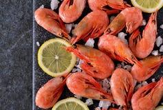 Gekookte garnalen met zout en citroen Stock Afbeeldingen