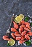 Gekookte garnalen met zout en citroen Stock Fotografie
