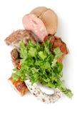 Gekookte geïsoleerd vlees en worsten royalty-vrije stock afbeeldingen