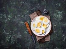 Gekookte gesneden kippeneieren op plaat Royalty-vrije Stock Foto
