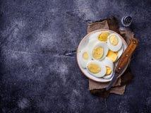 Gekookte gesneden kippeneieren op plaat Royalty-vrije Stock Fotografie