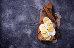 Gekookte gesneden kippeneieren op scherpe raad Stock Foto