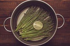 Gekookte Groene Asperge met Citroen op een Donkere Houten Achtergrond royalty-vrije stock foto