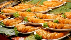 Gekookte Grote Rode Geroosterde Garnaal op een Plaat in de Aziatische Opslag Het Aziatische voedsel van de Straat thailand Pattay stock footage