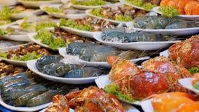 Gekookte Grote Rode Geroosterde Garnaal op een Plaat in de Aziatische Opslag Het Aziatische voedsel van de Straat thailand Pattay stock video