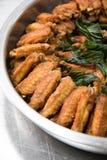 Gekookte Heerlijke gebraden kip in schotel stock afbeeldingen