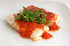 Gekookte kabeljauwlendestukken met tomatensaus Royalty-vrije Stock Afbeeldingen