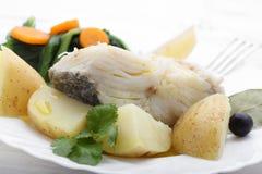 Gekookte kabeljauwvissen met aardappels en cole Stock Afbeelding