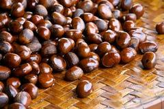 Gekookte kastanjes op mand in Filippijnse markt Stock Fotografie