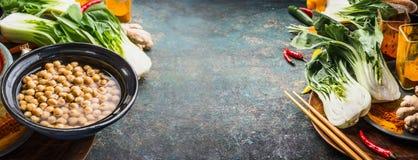 Gekookte Kekers in kom met Aziatische vegetarische kokende ingrediënten op rustieke achtergrond, plaats voor tekst, banner Stock Foto's