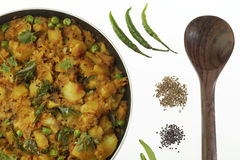 Gekookte kruidige aardappelvoorbereiding met andere groenten zoals ui en groene erwten royalty-vrije stock afbeeldingen