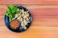 Gekookte kwallen met pinda onderdompelende saus royalty-vrije stock afbeeldingen