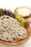 Gekookte loutuswortels op houten plaat Stock Foto